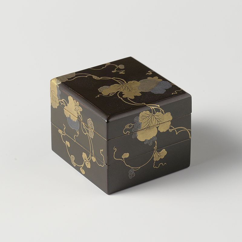 Stapeldoos,_zwarte_lak_met_poempoenplanten_in_goud-_en_zilver-makie-Rijksmuseum_AK-NM-6224.jpeg.jpeg