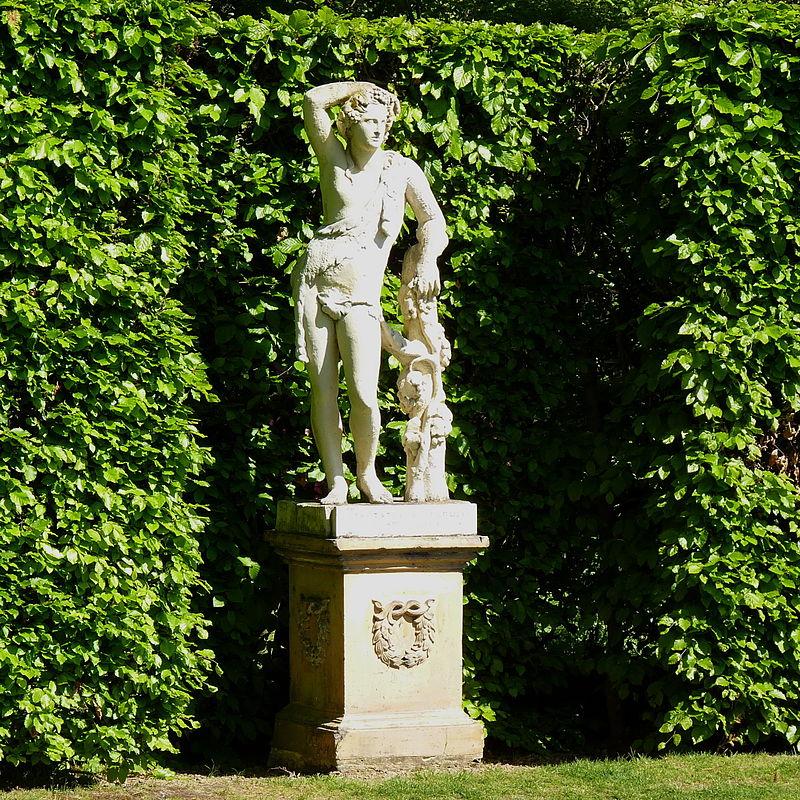 Statue,_Sissinghurst.JPG