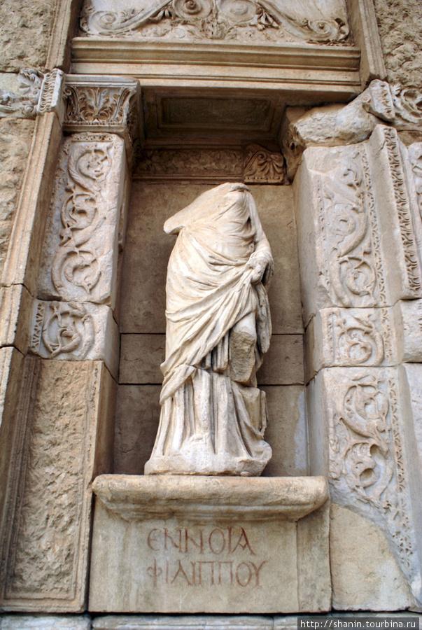 Statuya-na-fasade-bibliote.jpg