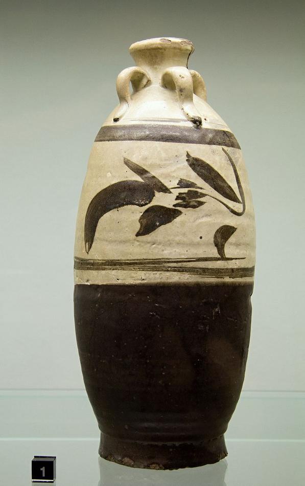 Stoneware_Bottle_China_13th_c,_Prague_Kinsky,_NG_Vu_231,_141108.jpg