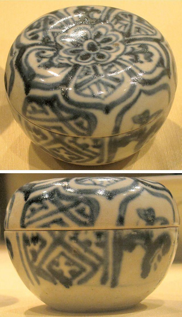 Stoneware_box_with_cover_from_Vietnam,_Annam,_15th-16th_century,_HAA.jpg