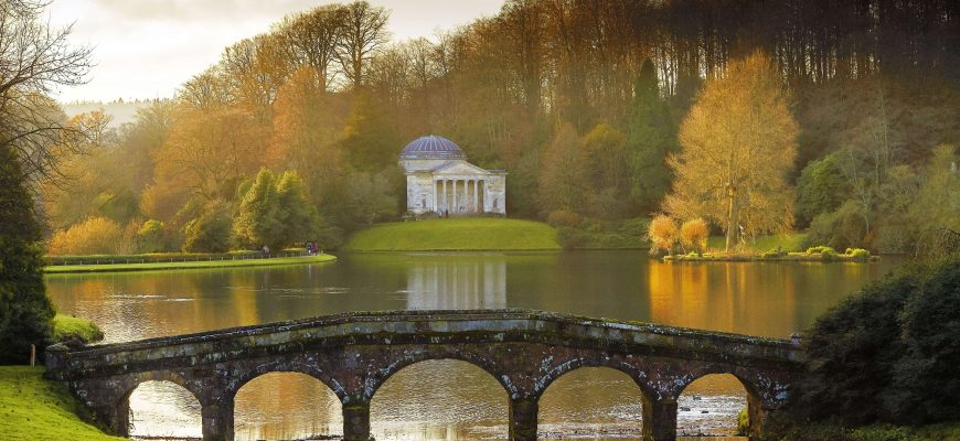 The-garden-in-winter-at-Stourhead-Wiltshire-cNational-Trust-Anthony-Parkinson-870x400.jpg