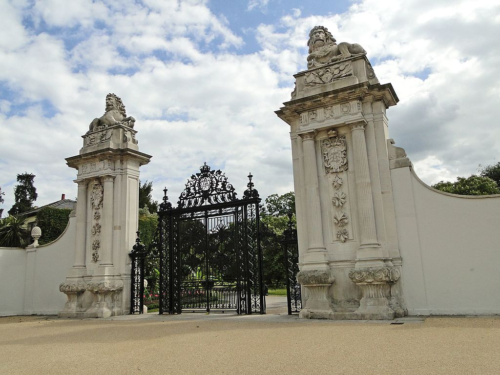 The_Lion_Gate_at_Hampton_Court_Palace_-_panoramio.jpg