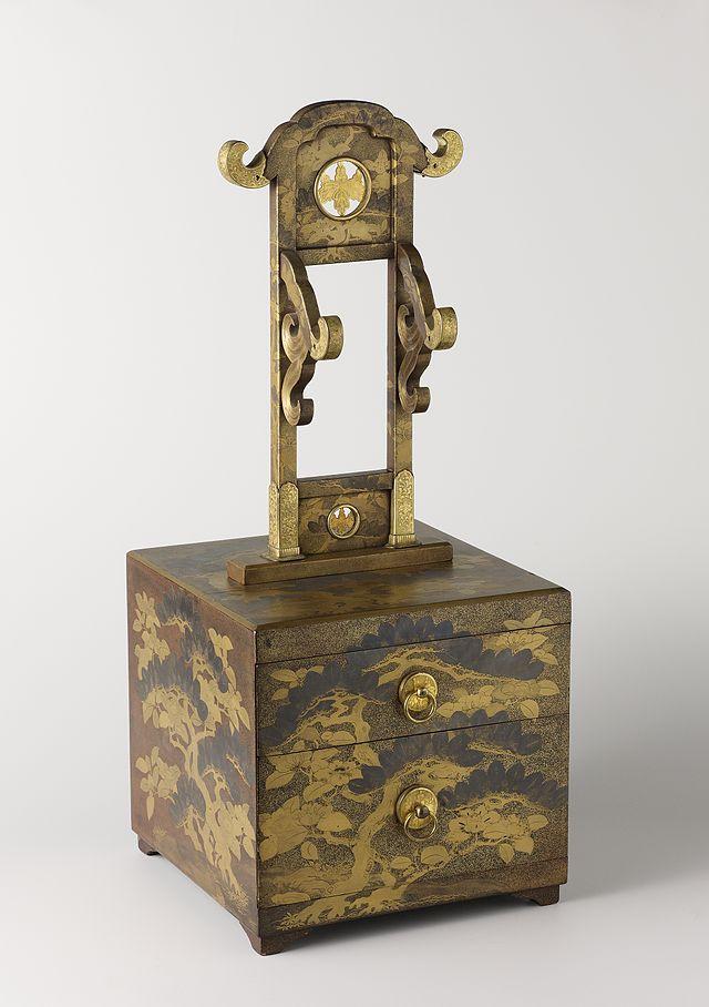 Toiletdoos_met_twee_laden_en_een_standaard_voor_een_spiegel.-Rijksmuseum_AK-NM-6213.jpeg.jpeg