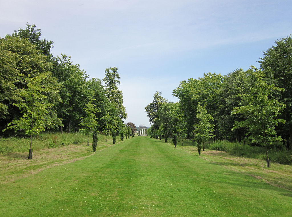Towards_the_Rotunda,_Petworth_House.jpg