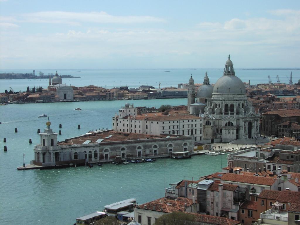 Venezia-punta_della_dogana.jpg