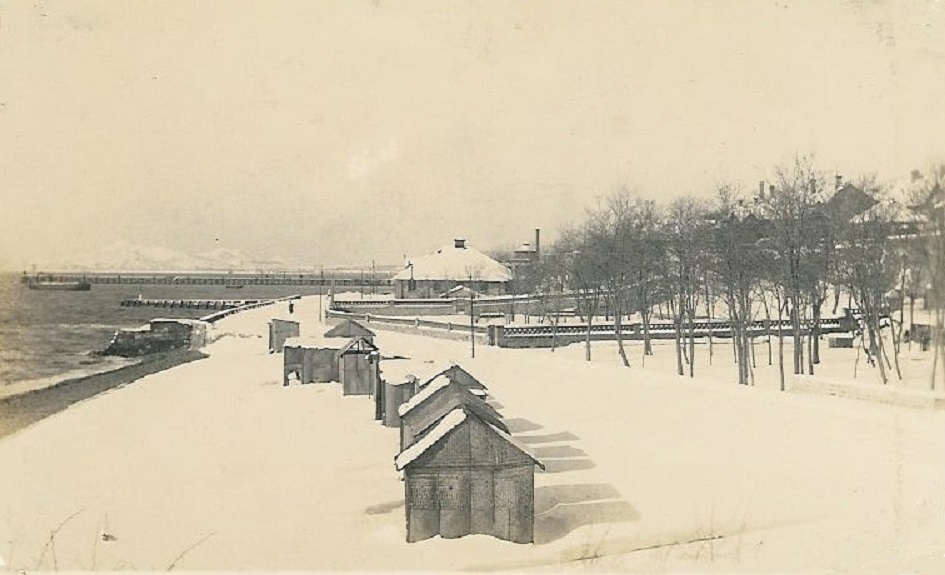 Weihaiwei_bathing_beach_and_cabins_in_winter_Photo_postcard_-_Copy.jpg
