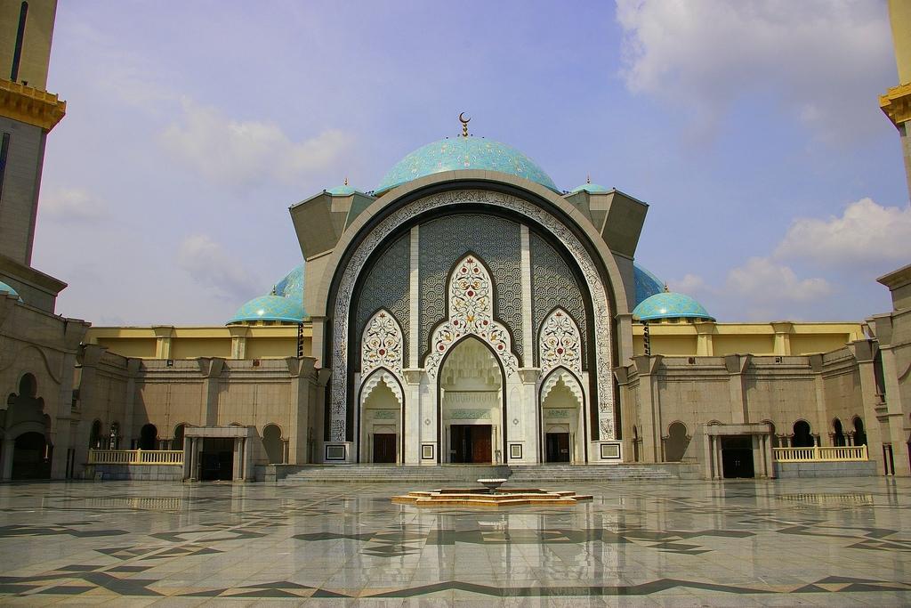 Wilayah Persekutuan Mosque in Malaysia (courtyard).jpg