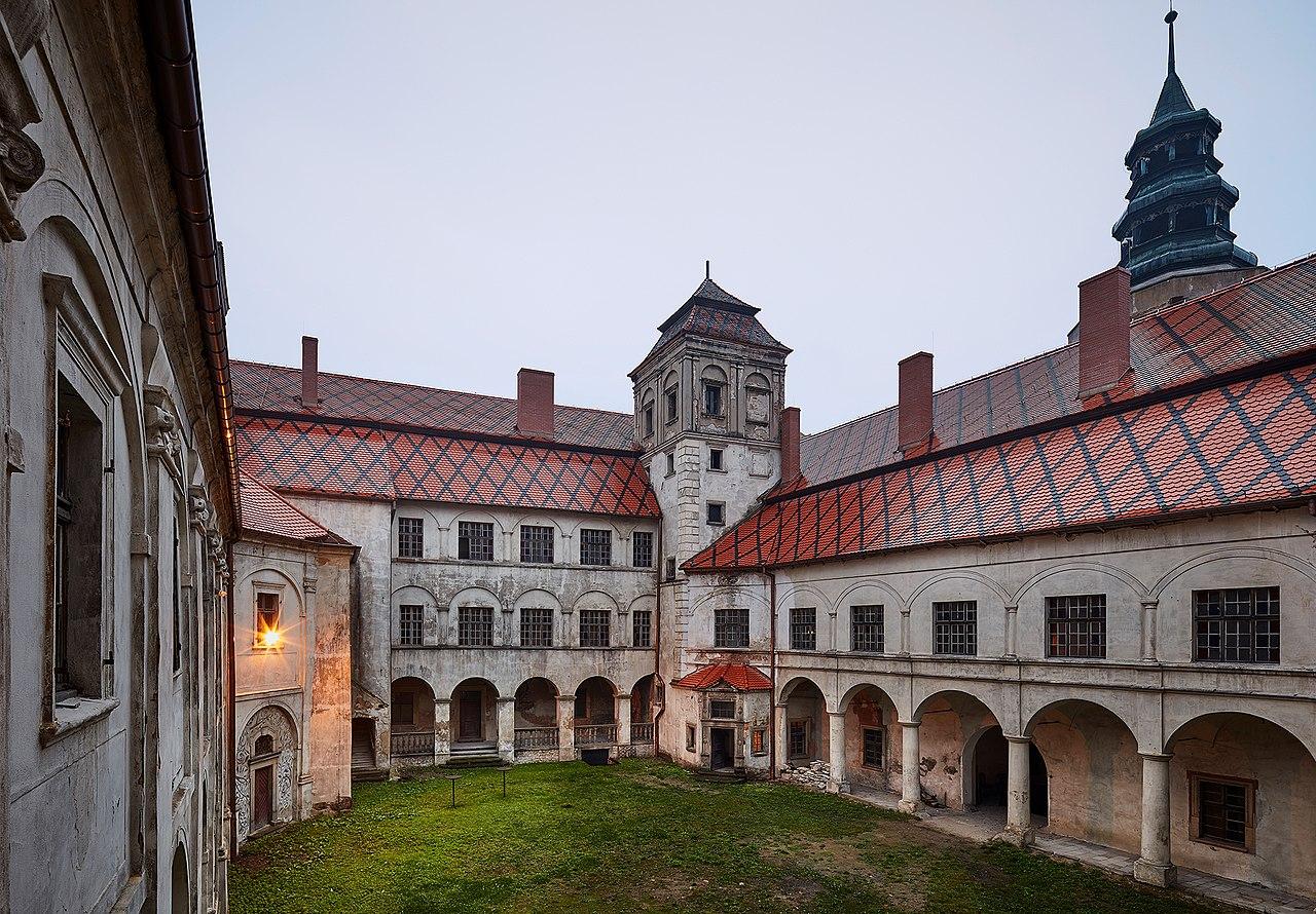 Zamek_Niemodlin,_dziedziniec_.jpg